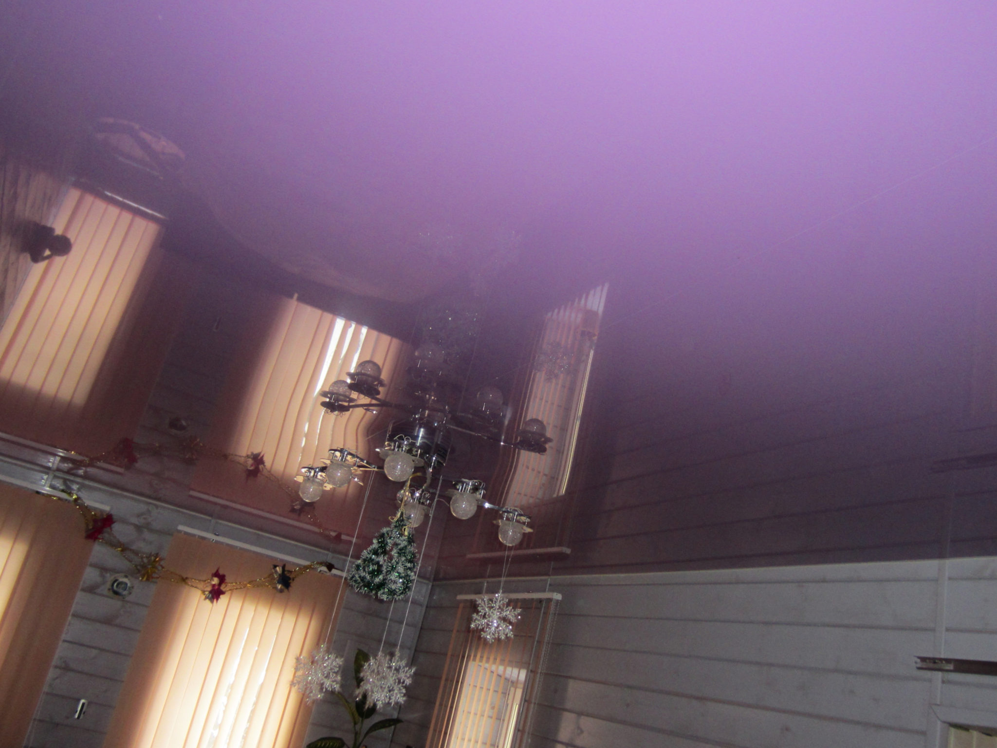 Дизайн глянцевых натяжных потолков