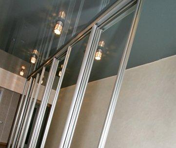 Дизайн натяжных потолков в прихожую