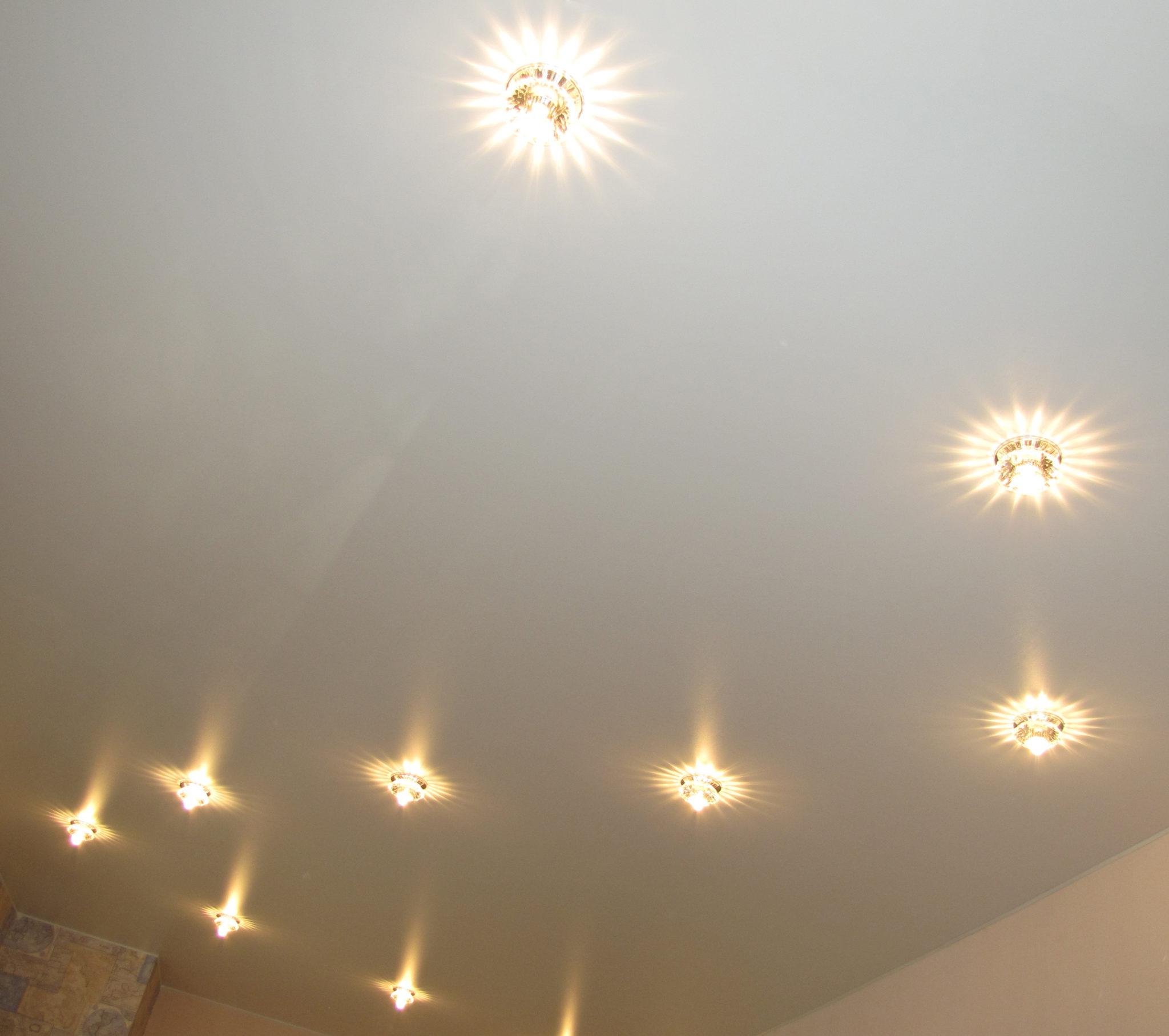 Как красиво расположить лампочки на натяжном потолке?