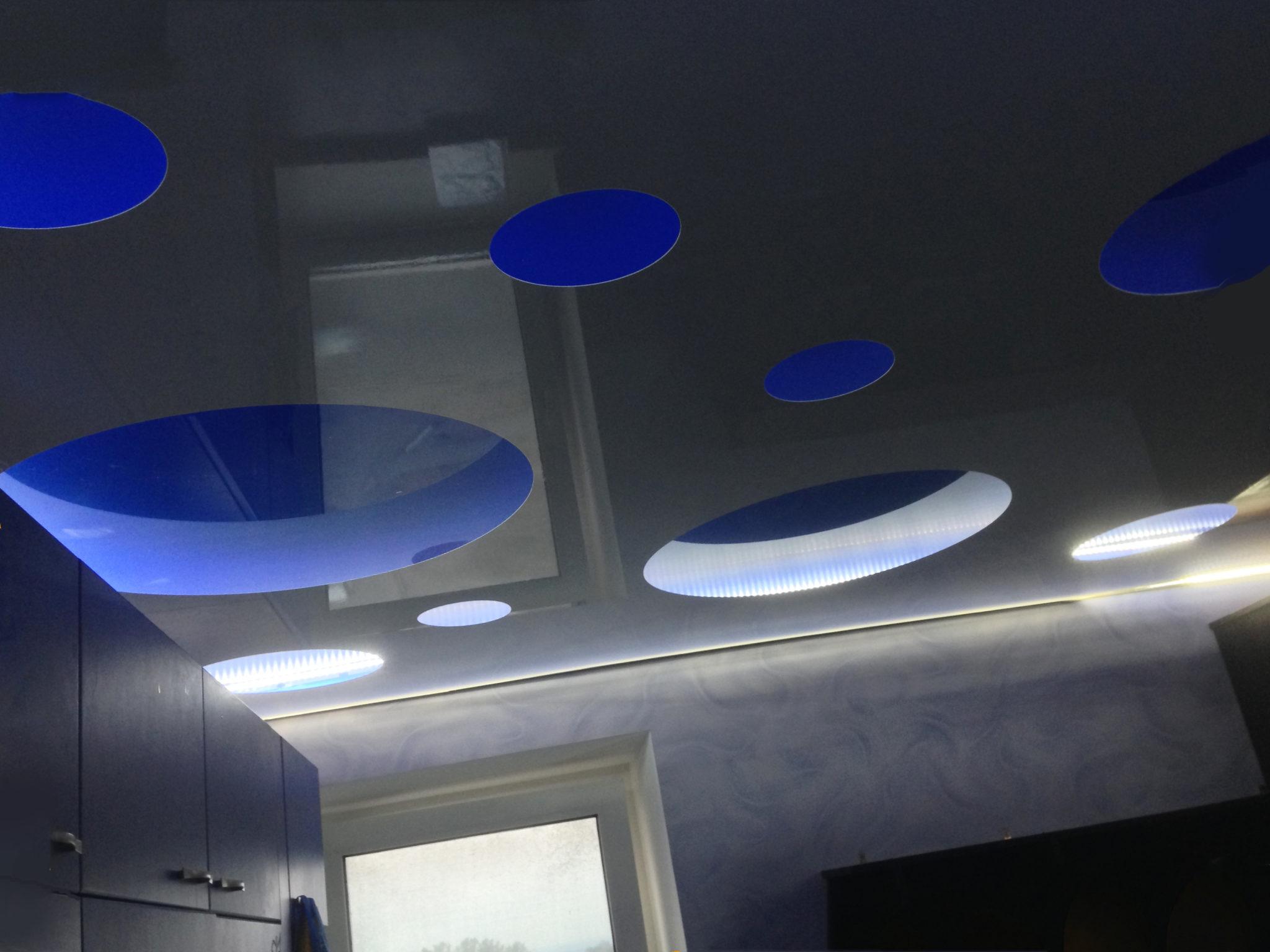 многоуровневый зеркальный потолок